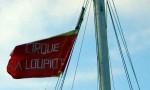 """Le mât du bateau et le drapeau de la compagnie """"La Loupiote"""""""