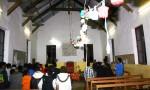Les élèves chantent pour la première fois dans la paroisse de Tuo